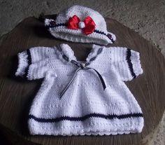 Conjunto de vestido curto e touca confeccionados em crochê.  detalhes - fitas de gorgurão,botões, rosas de cetim.  cor - branco com detalhes em azul marinho e vermelho  tamanhos - RN/ 1 a 3 / 3 a 6/ 6 a 9 meses R$ 89,90