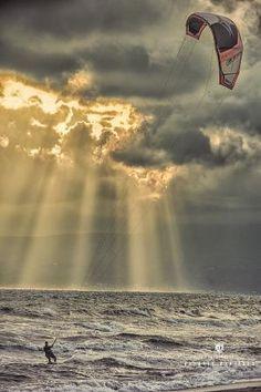 Kitesurfing by Hercio Dias