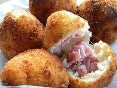 Arancina (Sicilië). Arancina betekent letterlijk 'sinaasappeltje', maar het is in feite een rijstbal gevuld met kaas en ham. Deze snack is in iedere Siciliaanse snackbar te verkrijgen. L'APPETITO BUONO!