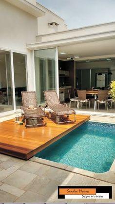 """Funcional o Deck de madeira deslizante cobre toda piscina ,para oferecer mais espaço no ambiente de lazer quando não estiver em uso a piscina. [gallery ids=""""1906,1907,1908,1605,1606,1607,160…"""