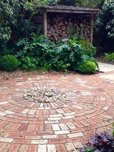 Circle Brick Patio Effective Lovely Round Designs On Circular Block Paving – men… - Modern Slate Patio, Patio Fence, Raised Patio, Flagstone Patio, Concrete Patio, Backyard Landscaping, Stamped Concrete, Patio Furniture Makeover, Patio Makeover