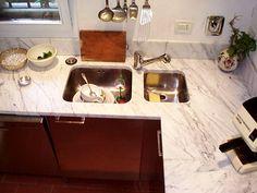 piano cucina in travertino noce con lavello scatolare | piani ...