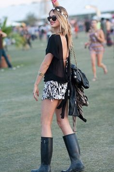 Also a classic one for your festival outfit: sturdy rain boots in case of dreary days. Festival Looks, Festival Chic, Festival Wear, Festival Fashion, Concert Fashion, Concert Style, Grunge, Music Festival Outfits, Music Festivals