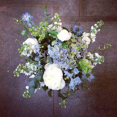 Bukett med hortensia,lövkoja,daggkåpa,riddarsporre,pion och jungfrun i det gröna Florist Malin