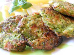 Brokolici si uvaříme v osolené vodě do poloměkka. Vychladlou vidličkou rozmačkáme, přidáme žloutky a mouku, dobře promícháme. Nakonec zlehka... No Salt Recipes, Tandoori Chicken, Salmon Burgers, Quiche, Cauliflower, Zucchini, Vegetarian, Healthy Recipes, Snacks