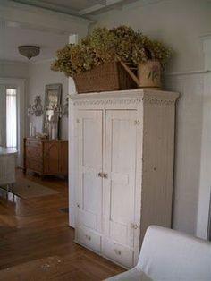 ♥ Armoire country cottage, love it! Cottage Style, Farmhouse Style, Farmhouse Decor, Farmhouse Design, White Farmhouse, Deco Champetre, Above Cabinets, Estilo Country, Deco Nature