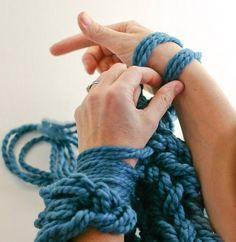 Tricoter avec les bras sur http://www.thetrendygirl.net