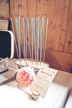 Wunderkerzen für den Eröffnungstanz bei der Hochzeit. Foto: Viktor Schwenk Photographie