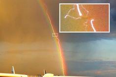 La fotografía de un rayo que recorre un arco iris y a la vez atraviesa un avión comercial. No creemos que se vuelvan juntar tantas casualidades delante de un objetivo
