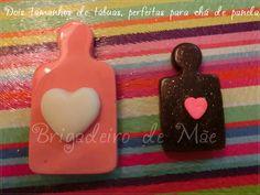 Tábuas de tamanhos diferentes, com aplique de coração de chocolate (maior, na cor que quiser) e coração de açúcar (rosa, vermelho ou branco).  Podem ser aplicados em pirulitos de chocolate para serem dados como lembrancinha.