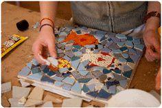 Met mozaiek maak je redelijk snel al mooie dingen. Die je thuis weer kan gebruiken, zoals schalen, doosjes of een mozaiekschilderij voor aan de wand