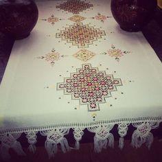 Anepisi el nakisi #antepisi #antepisiortu Hardanger Embroidery, Gold Embroidery, Embroidery Patterns, Swedish Weaving, Bargello, Cutwork, Blackwork, Needlework, Projects To Try