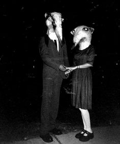 People have been dressing up in costume for Halloween for many years. Here is a collection of vintage photos showing Halloween costumes through the years. These costumes look a lot scarier than some of the costumes we see now. Coastumes Halloween Effrayants, Creepy Costumes, Creepy Halloween Costumes, Halloween Clothes, Couple Halloween, Spirit Halloween, Halloween Outfits, Photos D'halloween Vintage, Vintage Halloween Photos