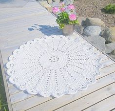 A crocheted rug. Instructions in Finnish.