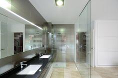 Open space creato con la camera da letto, diviso con un parete in vetro