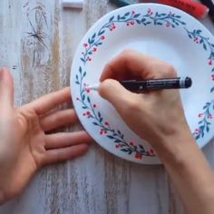 Painted plate with Artistro acrylic markers - Painted plate tutorial, ceramic art, DIY ceramic plate design, leaves design on plates, porcelain d - Diy Ceramic, Painted Ceramic Plates, Ceramic Painting, Ceramic Design, Porcelain Paint Pens, Clay Plates, Painted Porcelain, Hand Painted Ceramics, Handmade Ceramic
