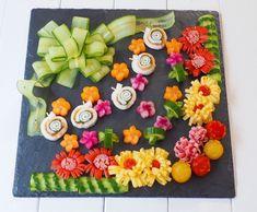 お弁当に大活躍!かわいい飾り切りテク | レシピサイト「Nadia | ナディア」プロの料理を無料で検索 Food Design, Sushi Design, Bento Box, Lunch Box, Sushi Cake, Chinese New Year Decorations, Japanese Sushi, Food Garnishes, Fruit Arrangements