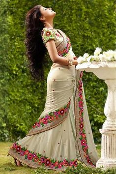 This Beautiful Traditional sari gives a perfect look to the outfit. This sari is an ideal for Party,cocktail and social gathering. Sari comes along with matching fabric un-stitched blouse piece. Sari Design, Sari Blouse Designs, Designer Silk Sarees, Latest Designer Sarees, Indian Beauty Saree, Indian Sarees, Lehenga, Indische Sarees, Bollywood