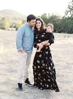 I adore that mom is wearing a black floral print maxi mixed with dad's lighter neutral toned outfit. Outfit inspiration for your family session! Spring Family Pictures, Family Pictures What To Wear, Family Pics, Family Portrait Outfits, Family Picture Outfits, Family Portraits, Family Photo Colors, What To Wear Fall, Black Floral Maxi Dress