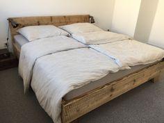Bett mit Charakter, aus aufgearbeitetem Bauholz.   Das verwendete Holz ist von seinem früheren Leben gezeichnet. Diese Spuren bringen wir durch eine behutsame Bearbeitung erst so richtig zur...