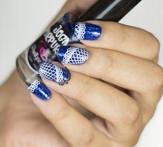 Esmaltadas de Alice: Swatches: Collection 9 - Placas de Carimbo UberChic Beauty. Perfect example of splitting an image across multiple nails to get an awesome look. #UberChicBeauty #UberChic #nails #nailaddict #nailart #nailstamps #blue&whitenails