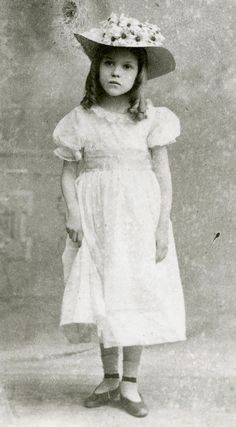 Mary Pickford as Eva in the stage play Uncle Tom's Cabin, 1901 Vintage Actress Classic Hollywood Vintage Children Photos, Vintage Girls, Vintage Images, Vintage Hollywood, Classic Hollywood, Hollywood Glamour, Old Pictures, Old Photos, Iconic Photos