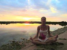 Gisele Bundchen doing yoga   Gisele Bundchen praticando yoga modelo gisele bundchen faz meditacao