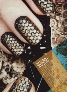 Foir sexy and provocative look , the phtyon black and gold nails is perfect choice. This can be edgy and perfecto for your night out look.