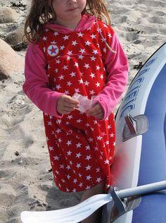 Sommer Must-Have: Strandkleider. Badekleid aus Frottee für Mädchen selber nähen: Schnittmuster Erbsenprinzessin Kuschelkleid