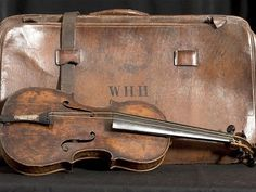 The rosewood violin that belonged to RMS Titanic bandmaster Wallace Hartley. Hartley and his fellow musicians bravely continued to perform and the Titanic sank Rms Titanic, Titanic Museum, Titanic Photos, Titanic Boat, Titanic Artifacts, Historical Artifacts, Before Midnight, Tornados, Interesting History