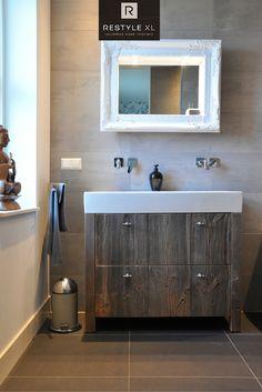 Prachtig badkamermeubel gemaakt van barnwood. #restylexl #badkamermeubel #badmeubel #badkamer #oudhout #hout #houten #eiken #barnwood