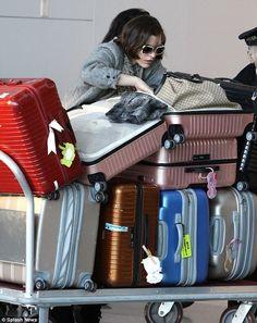 Milla Jovovich mit einer ganzen Sammlung an RIMOWA Koffern (am Flughafen Toronto)