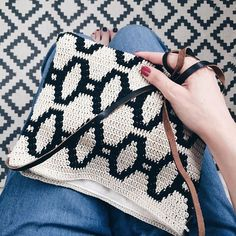 The good thing about being sick, is to creat this gorgeous @molla.mills pattern clutch from her awesome book #virkkuri 2 #vsco #vscocam #crochet #mollamills #moderncrochet #style #fashion #virkkaus #pattern #tapestry