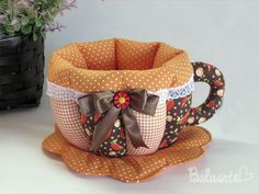 :::SUGESTÕES DE USO: Xícara em patchwork, utilizada para colocar sachês de chá, bombons, balas, torradas, pães de queijo, ovos, sachês de temperos, de açúcares/adoçantes ou para manter a xícara de chá aquecida. Tudo para deixar aquele momento do chá, café, ou lanches com muito requinte e bom gos...