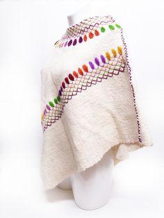 Chal de lana color hueso con plumas y grecas de colores