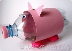Wat kan je wel niet allemaal maken van plastic!? ik heb eens op internet gekeken voor wat ideeën, en kwam toen dit leuke spaarvarkentje tegen. makkelijk te maken, en...goed voor het milieu! wat heb je nodig: -een plastic fles -5 doppen -wiebeloogjes -roze papier -stift (om neusgaten mee te tekenen) -mesje (om een gleufje te maken voor het geld) veel plezier!