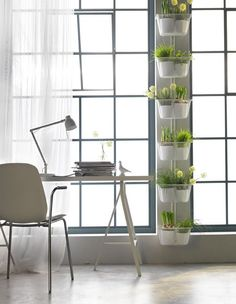 ¿Te encantaría tener un jardín pero tu casa es pequeña? Aprovecha la zona de los alféizares utilizando el espacio que hay entre las ventanas para plantar cosas.
