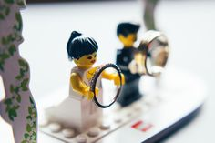 Personnages lego en guise de porte alliances