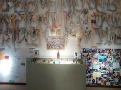 Painel fotográfico, em parafina, madeira. Esculpidos, escritos, a fé e o agradecimento sempre.