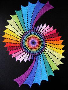 Centro de mesa em formato de fractal -- Doily in fractal format by Colorido Eclético - por Cristina Vasconcellos, via Flickr