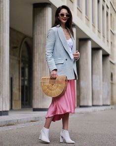 Satin skirt – every influencer favourite wardrobe must-have! Find out why it's so fabulous and how to wear right now! Spring Fashion Outfits, Skirt Fashion, Shiny Fabric, Slip Skirts, Evening Outfits, Under Dress, Satin Skirt, Lace Bodysuit, Girls Wear