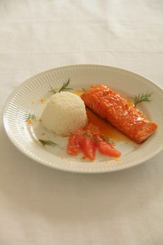 Pavé de saumon au sirop d'érable et agrumes Maple Syrup Recipes, Salmon Fillets, I Want To Eat, Fresh Ginger, Serving Plates, Meal Planner, Calorie Diet, Meals For The Week, New Recipes