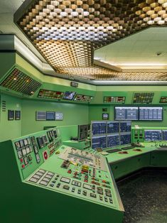 In Spain, even the power plants are modernist masterpieces 🔋Control room by Joaquin Vaquero Palacios Old Computers, Asian Decor, Plant Design, Garden Studio, Retro Aesthetic, High Quality Images, Eclectic Decor, Dieselpunk, Travel Around