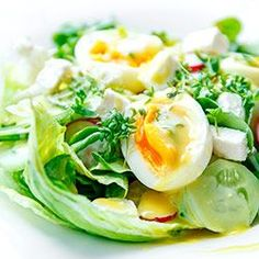Sałatka z jajkiem i fetą. Sałatka z jajkiem, fetą, ogórkiem i rzodkiewką z pysznym sosem miodowo-musztardowym.