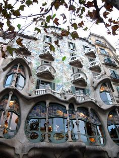 Arquitectura #Gaudía La casa de la Pedrera #Barcelona #arquitectura want to go there again, so pretty.