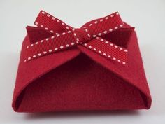 DIY: Folded Felt Gift Box Tutorial...so simple to make, printable template, perfect for Valentine's day!