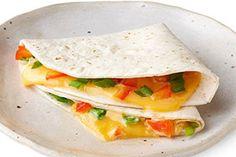 En un, dos por tres podrás crear un platillo para ofrecer a tus pequeños durante la hora del almuerzo o de la cena. Esta rápida quesadilla les encantará.
