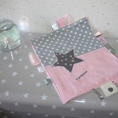 Doudou étiquettes étoilé personnalisable rose poudre et gris perle avec prénom