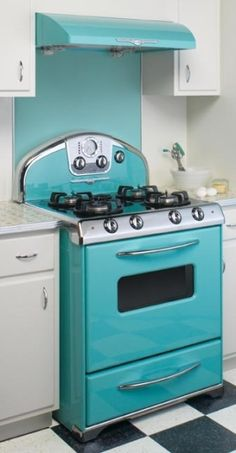 Retro looks, Century bells & whistles from Elmira Stove Works. Ok girls, here is a stove and oven combo if you are going to be needing one in the near future. It is adorable and new. Love the retro look. Cuisinières Vintage, Retro Oven, Casa Retro, Retro Appliances, Vintage Stoves, Deco Retro, Cocinas Kitchen, Nordic Home, Deco Design