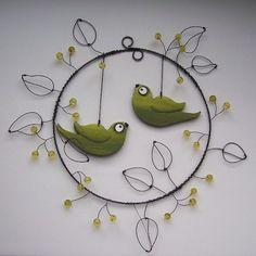 ,,LETNÍ SEŠLOST V BOBULKÁCH,, Drátované kolečko z kolekce ,,PTAČÍ SVĚT,, se ,,ZELENOŽLUTÝMI PTÁČKY,,.Ptáčci jsou ručně malovaní,oboustranní a zavěšení v kolečku se skleněnými korálky a drátovanými lístečky o velikosti cca 17 cm.(Základní kruh) Půvabná dekorace do okénka..na dveře..do prostoru.. Obyčejný drát může ve vlhku patinovat,doporučuji raději do ...: